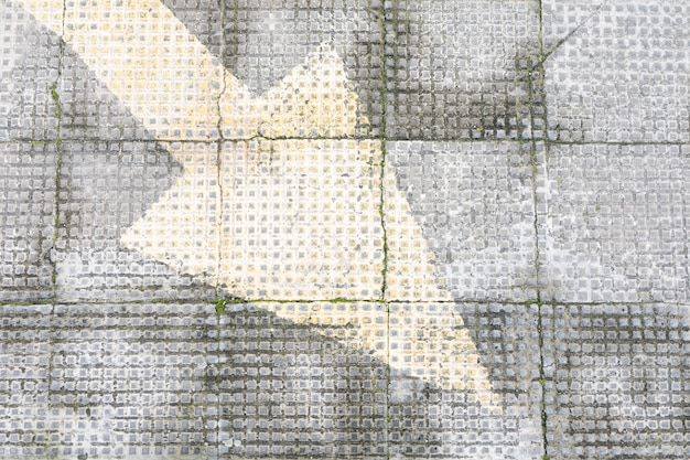 Raue betondecke mit gemaltem pfeil
