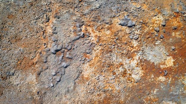 Raue wandstruktur in verlassener mine mit rostflecken und abblätternder farbe und putz