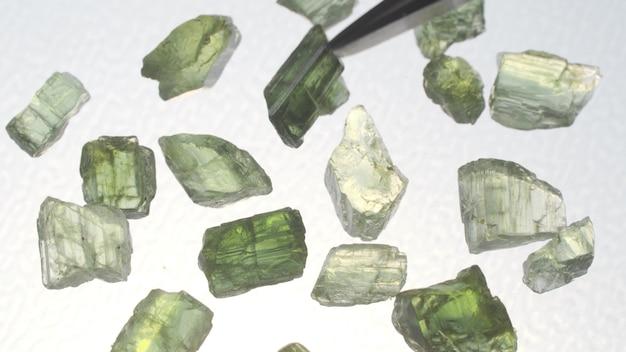 Rauer kolumbianischer smaragd-rohedelstein-edelstein.