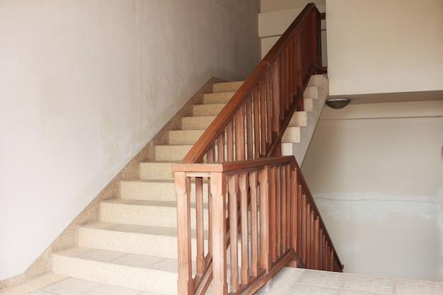 Rauf und runter treppe aus holz stil