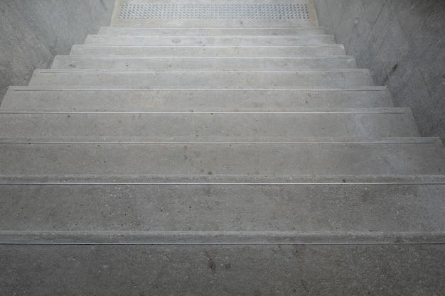 Rauf und runter treppen mit handläufen zum ausbalancieren