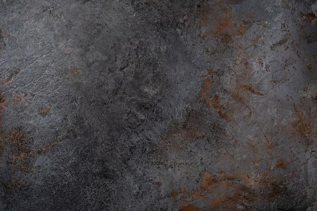 Rauhe form der schwarzen betonwandbeschaffenheit mit rissen und schnitten
