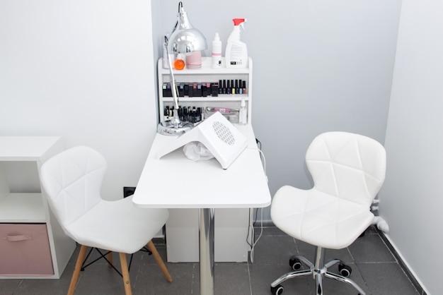 Raum für maniküre mit zwei arbeitsplätzen im schönheitssalon. nagelstudio zimmer