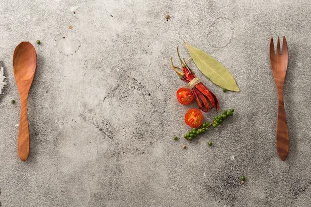 Raum holz löffel und gabel pfeffer mit tomaten hintergrund