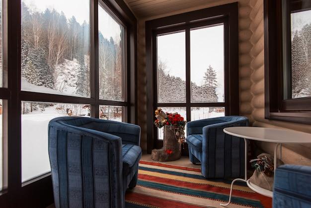 Raum im ferienhaus verziert für die feier des neuen jahres.