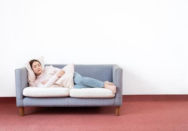 Raum junge frau schlafen mit sofa zu hause