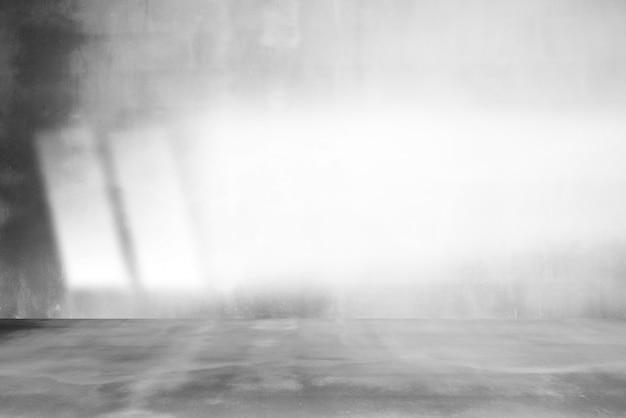 Raum leer von zementboden mit grauem raumzement oder betonwandbeschaffenheitshintergrund und sonnenlicht.