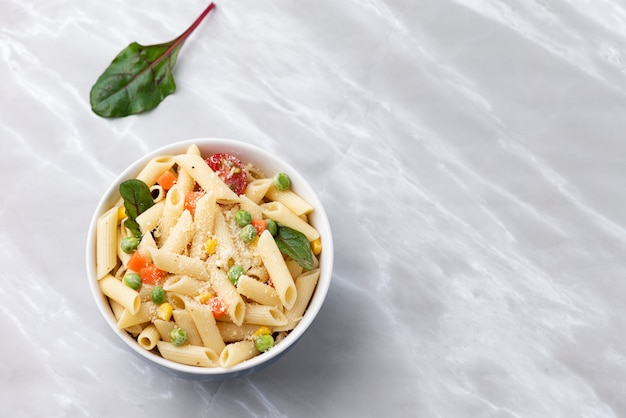 Raum pasta mit gemüse und käse