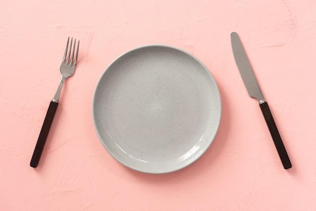 Raum rosa vintage platte mit gabel und messer hintergrund
