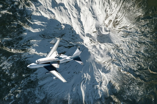 Raumfähre und flugzeug fliegen im raum über erdatmosphäre, elemente dieses bildes, das von der nasa geliefert wird