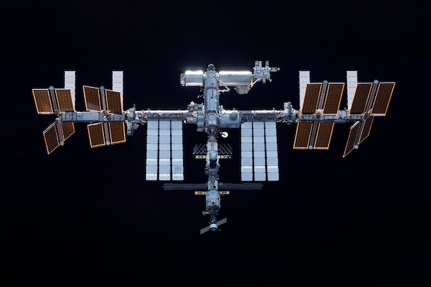 Raumstation in erweiterter form auf schwarzem hintergrund elemente dieses von der nasa bereitgestellten bildes