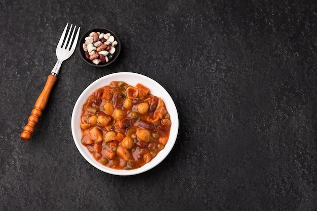 Raumteigwarengemüsekorn-erbsensuppe in der tomatensauce
