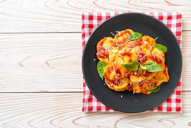 Ravioli mit tomatensauce und basilikum - italienische küche