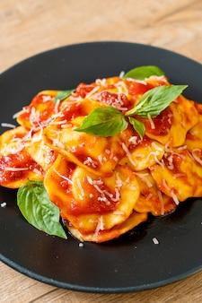Ravioli mit tomatensauce und basilikum