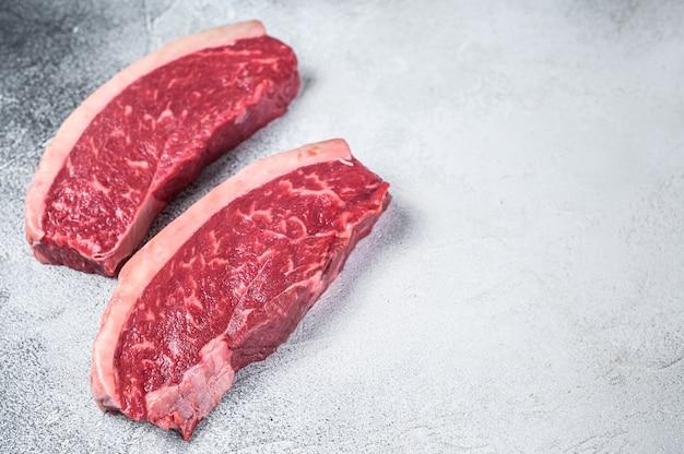 Raw cap rump oder top sirloin beef fleischsteak auf weiß. draufsicht.