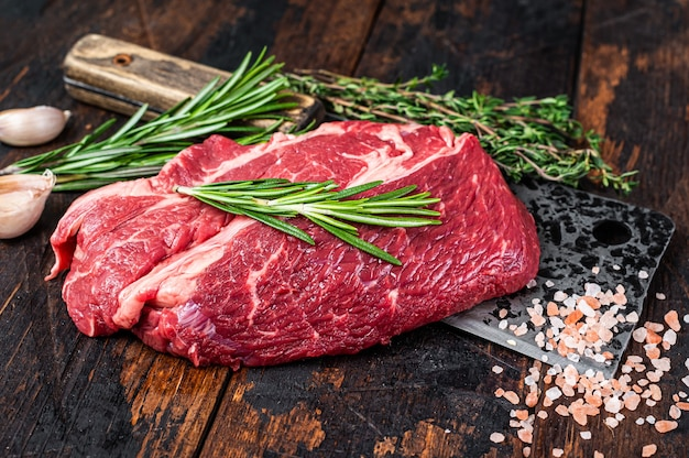 Raw chuck eye roll schwarzes angus prime beef steak auf metzgerbeil