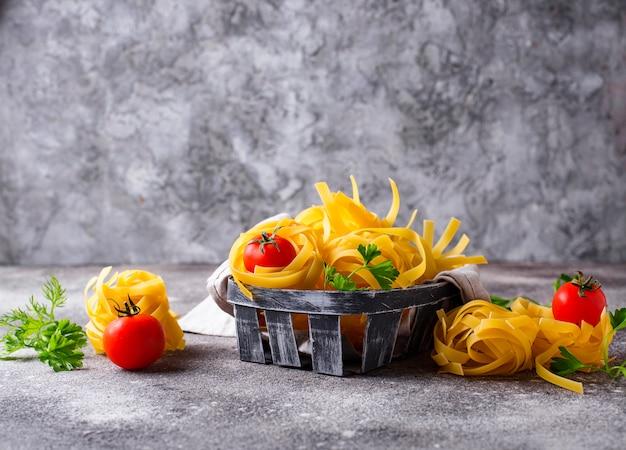 Raw pasta tagliatelle oder fettuccine
