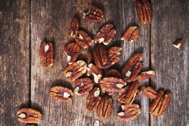 Raw pecans auf aged wood