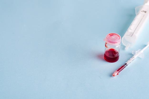 Reagenzgläser mit blut im labor