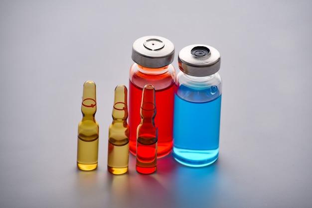 Reagenzgläser mit medikamenten und tests, um die opfer zu testen und infizierte zu behandeln. ampullen mit medikamenten. satz reagenzgläser mit medizin.