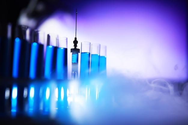 Reagenzglas aus glas überläuft neue flüssige lösung kaliumblau führt eine analysereaktion durch nimmt verschiedene versionen von reagenzien mit chemisch-pharmazeutischer krebsherstellung.