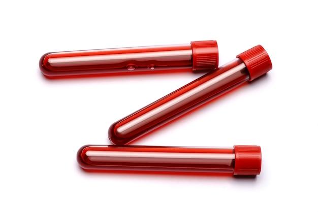 Reagenzglas mit rotem stopfen isoliert auf weiß.