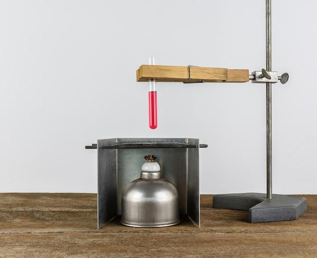Reagenzglashalter, klammern, hängende, stand- und alkohollampe der laborausrüstung, reagenzglas auf hölzernem