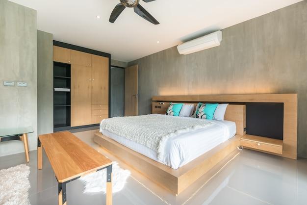 Real luxury interior design im loft-stil im schlafzimmer mit hellem und hellem raum im haus