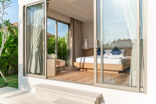 Real luxury interior design im schlafzimmer der poolvilla mit gemütlichem kingsize-bett mit hoher deckenhöhe, haus, gebäude