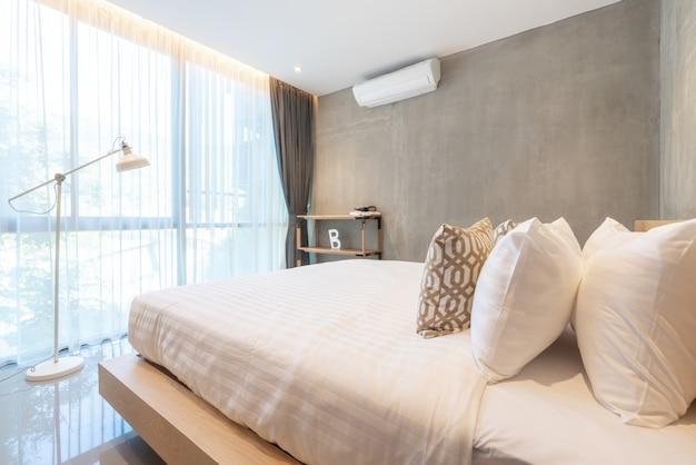 Real luxury interior design im schlafzimmer mit hellen und hellen räumen im haus oder zu hause