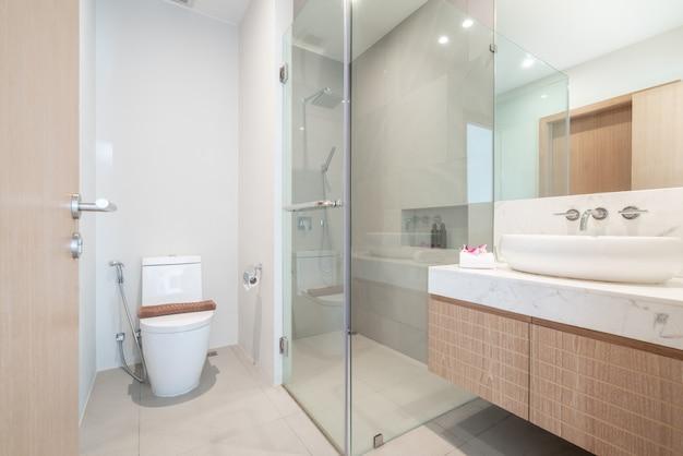 Reales luxusschönes innenbadezimmer kennzeichnet bassin, toilettenschüssel