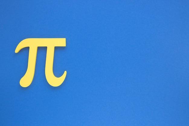 Reales wissenschafts-pu-symbol auf blauem kopienraumhintergrund