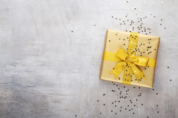 Realistische geschenkbox und glitzerkonfetti