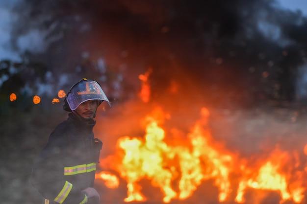 Realistische übungen von feuerwehrleuten, die brände löschen und opfern helfen