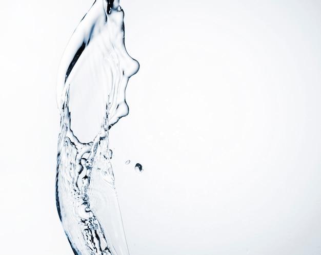 Realistische wasserdynamik auf hellem hintergrund mit kopienraum