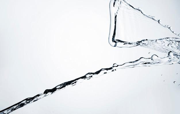 Realistische wasserdynamik auf hellem hintergrund