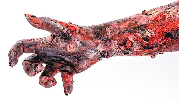 Realistische zombiehand mit wunden und blut, isolierte weiße oberfläche, exemplar, halloween-hand.