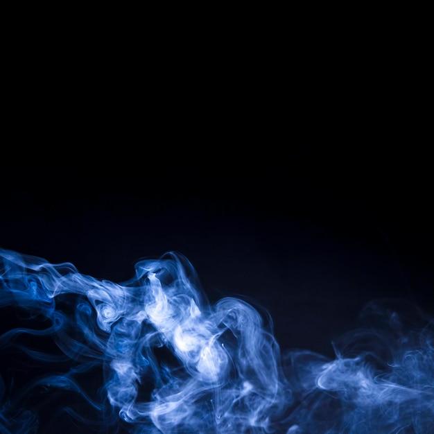 Realistischer blauer rauch auf schwarzem hintergrund