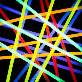 Realistischer bunter elektrischer laserstrahl des neons auf dunklem hintergrund