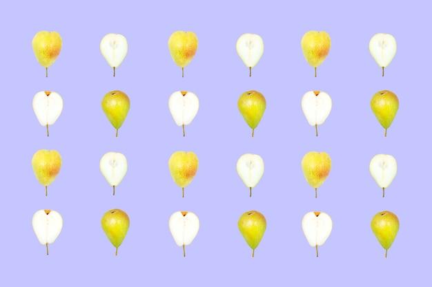 Realistischer fruchthintergrund. gelbe birnen auf lila hintergrund.