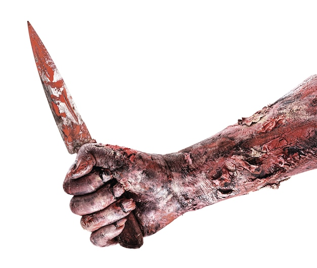 Realistischer zombie oder untote hand mit blutigem messer, isolierte weiße oberfläche