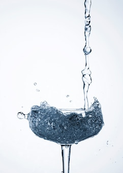 Realistisches wasser, das in glas gießt