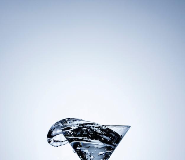 Realistisches wasser in einem transparenten glas