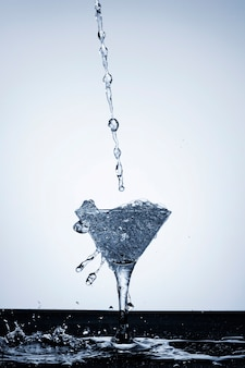 Realistisches wasserspritzen im glas