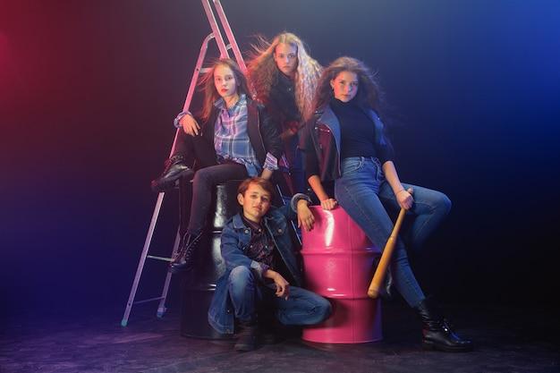 Rebellenjugend. porträt in voller länge von übermütigen kindern in stilvollen jeans und lederkleidung. konzept von teenager-aufruhr, kindermode, nonkonformismus und junger energie. moderner lebensstil.