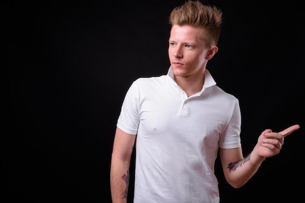 Rebellischer mann als punkrocker gegen schwarz