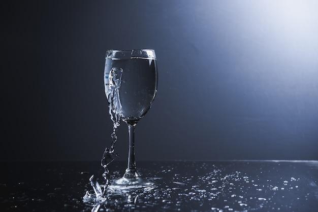 Rebglaswasser gebrochen auf dem weißen backgeound lokalisiert