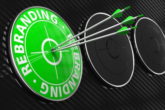 Rebranding - drei pfeile treffen auf das zentrum des grünen ziels auf schwarzem hintergrund.