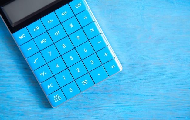 Rechner auf blauem hintergrund.