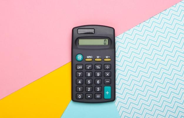 Rechner auf pastellfarbenem hintergrund. draufsicht